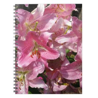Härliga rosa liljar anteckningsbok med spiral