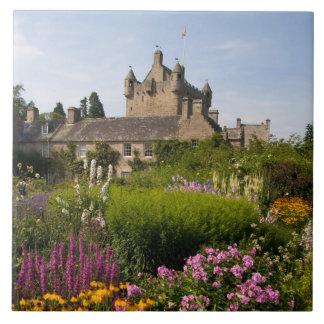 Härliga trädgårdar och berömdt slott i Skottland Kakelplatta