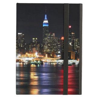Härligt New York nattljus som reflekterar floden