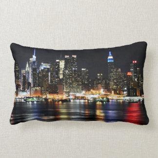 Härligt New York nattljus som reflekterar floden Lumbarkudde