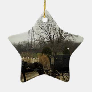 Häst och Buggy och kvarn - Amish land, Ohio Julgransprydnad Keramik