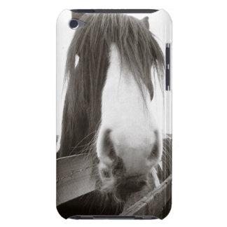 Häst som plirar över staket iPod touch case