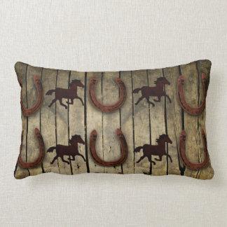 Hästar och hästskor på Wood backroundgåvor Prydnadskudde