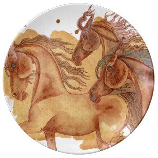 Hästar på guld- vattenfärg tvättar porslinstallrik