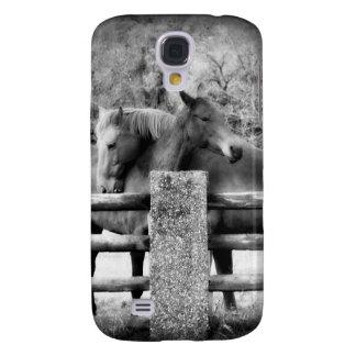 Hästar som kramar - Equine kärlek i svartvitt Galaxy S4 Fodral