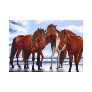 Hästar som står på strand slågen in kanfas canvastryck