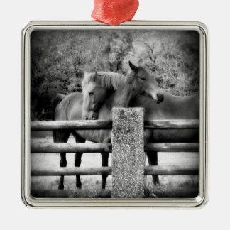 Hästen kopplar ihop - mjuk kärlek på lantgården julgransprydnad metall