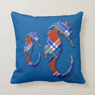 Havshäst i röd och blåttpläd på läderstruktur prydnadskudde