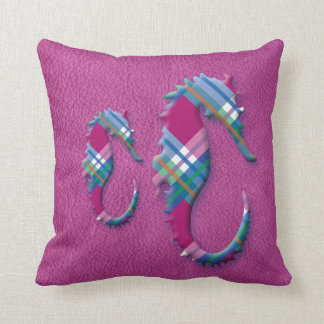 Havshäst i rosablåttpläd på läderstruktur kudde