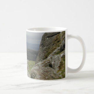 Haytor. Stenar i Devon England. Vit Mugg