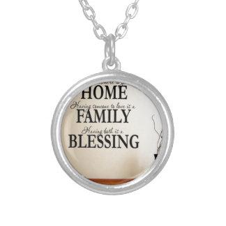 Hem + Familj = välsignelse Halsband Med Rund Hängsmycke