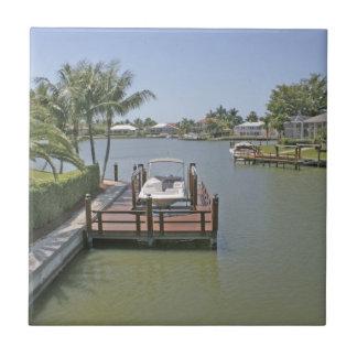 Hem och skeppsdockor på den kanalMarco ön Florida Kakelplatta
