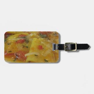 Hemlagad pasta med tomatsås, lök, basilika bagagebricka