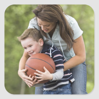 HERR mor (ålder 26) som leker basket med sonen Fyrkantigt Klistermärke