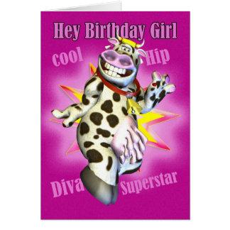 Hey gullig ko för födelsedagflicka som poserar hälsningskort