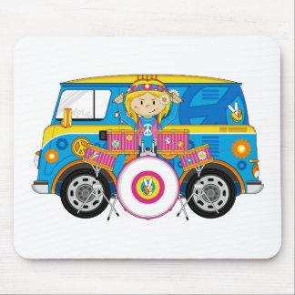 Hippieflickan med trummar och campareskåpbilen musmatta