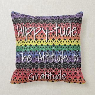 Hippytude med regnbågeLineupfredssymboler Prydnadskudde