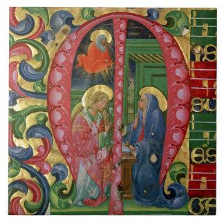 """Historiated initialt """"M"""" som visar annunciationen Kakelplatta"""
