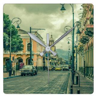 Historiska Riobamba centrerar stads- plats Fyrkantig Klocka