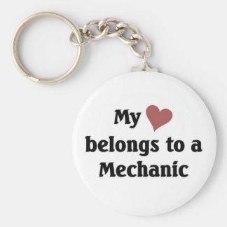 Hjärta hör hemma till en mekaniker rund nyckelring