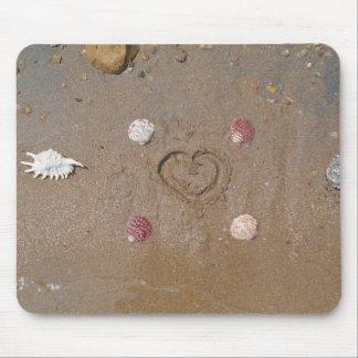 hjärta i sanden med snäckor musmattor