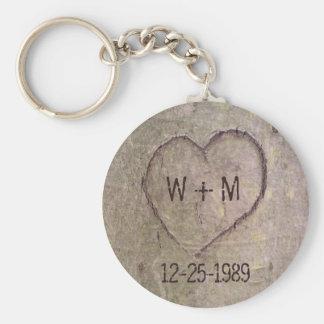 Hjärta som snidas i en trädanpassade Keychain Rund Nyckelring