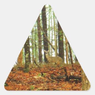 Hjort i de dimmiga gräsen triangelformat klistermärke
