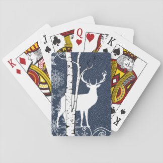 Hjortbock i den Wintry björkskogen som leker kort Spelkort
