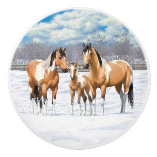 Hjortläderen målar hästar i snö knopp