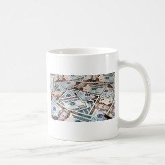 Hög av pengar kaffemugg