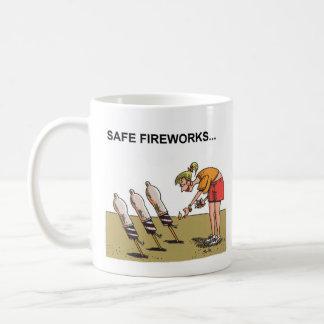 Högertecknadmugg för säkra fyrverkerier kaffemugg