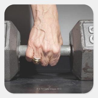 Högt lyfta för kvinna väger fyrkantigt klistermärke
