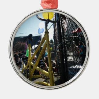 Högväxt cykel på parade.en julgransprydnad metall