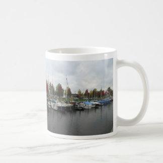 Holländsk hamn med den panorama- muggen för gröna kaffemugg