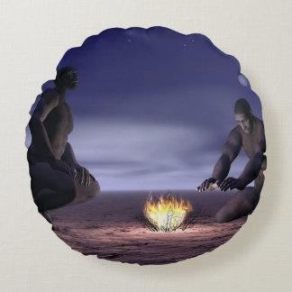 Homoerectusen och avfyrar - 3D framför Rund Kudde