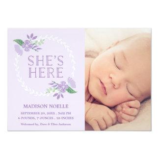 Hon är här det | födelsemeddelandet 12,7 x 17,8 cm inbjudningskort