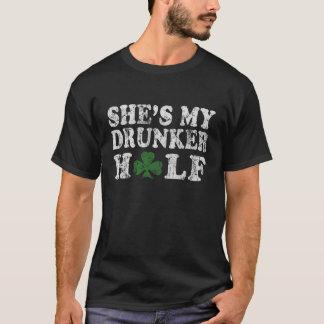 Hon är mitt mer berusade halva st patrick's daypar tee shirts