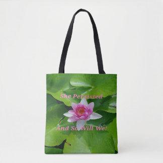Hon framhärdade rosa lotusblomma på lilypads tygkasse