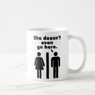 Hon går inte ens här kaffemugg