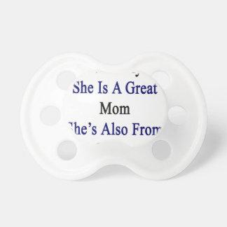 Hon inte endast är en underbar mamma som hon är napp