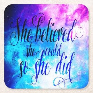 Hon trodde i skapelsens himmel underlägg papper kvadrat