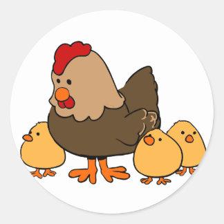 Höna och chickar runt klistermärke