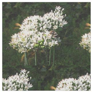Honungbin på gräslökblommar tyg