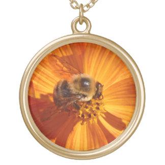 """""""Honungjakt"""" Honeybee på den orange kosmosblommar Guldpläterat Halsband"""