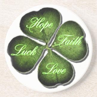 Hopp, tro, kärlek & lövklöver för tur 4 underlägg sandsten