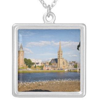 Horisont och flod av den pittoreska townen av silverpläterat halsband