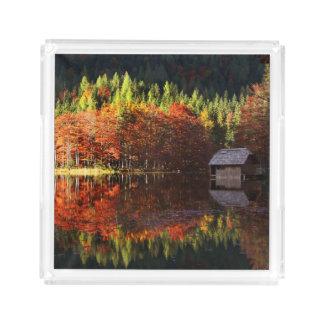 Hösten landskap på en sjö bricka