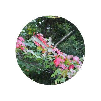 Höstlönnlöv på gren rund klocka