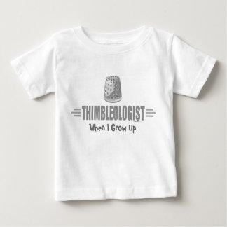 Humoristisk fingerborgsömnad t shirt