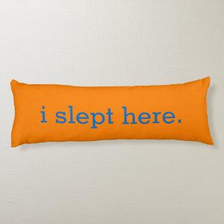 Humoristisk ljus orange som jag sovade här kroppskudde